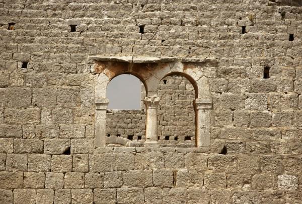 Fototapete Nr. 3573 - Historisches Mauerwerk mit Rundbogenfenster